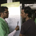 Chintan member encouraging a passenger to take the pledge not to litter. Photo credit: Chintan.