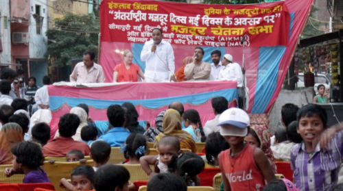 Local MLA Mr. Veer Singh Dhinghan spoke to the community in New Seemapuri. Photo credit: AIKMM.