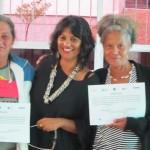 Entrega da certificação dos participantes da oficina/ Participants receiving their certifications after the workshop.
