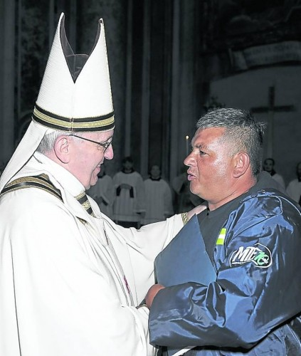 Sergio Sánchez, a cartonero with MTE movement, with Pope Francisco. Courtesy: MTE.