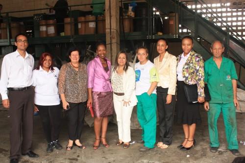 Os representantes do governo da África do Sul na CooperLimpa, uma cooperativa de catadores de Diadema, com representantes municipais e líderes de catadores para aprender sobre modelos participativos e inclusivos de gestão de resíduos. Foto de: Deia de Brito.