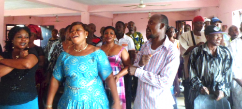 Catadores cantam músicas de solidariedade na oficina em Aba, na Nigéria (Foto: FIWON)