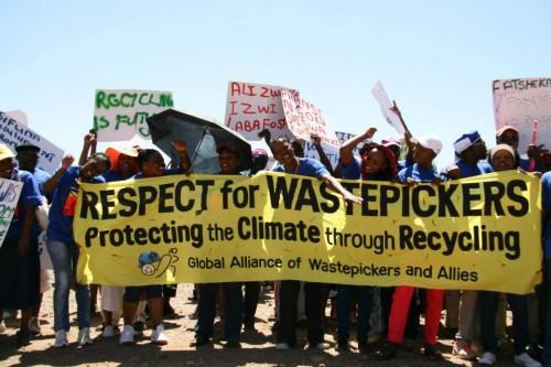 SAWPA marchando en el Dia Global de Acción Contra la Incineración. Foto: SAWPA/GroundWork.