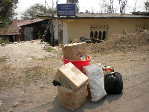 Basura doméstica esperando ser recogida en el distrito de Samdrup Jongkhar.