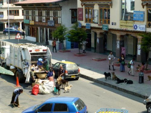 Recolección municipal de basura en Thimphu.