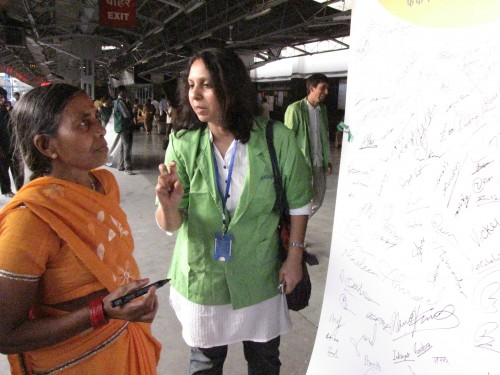 Chintan members explaining the importance of the Earth Day pledge not to litter. Photo credit: Chintan.