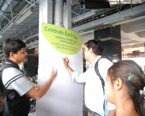 Passengers sign the pledge and encourage other people to do so. Photo credit: Chintan.