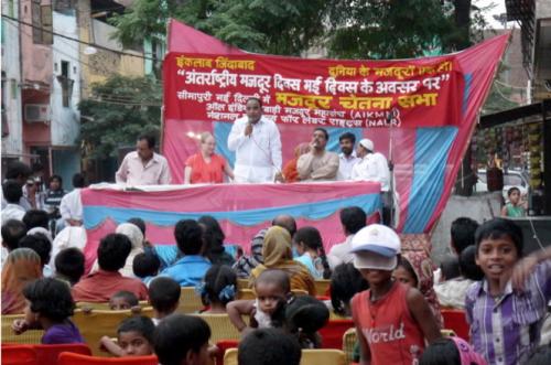 Local MLA Mr. Veer Singh Dhinghan spoke to the community in New Seemapuri. Photo credit: AIKMM.