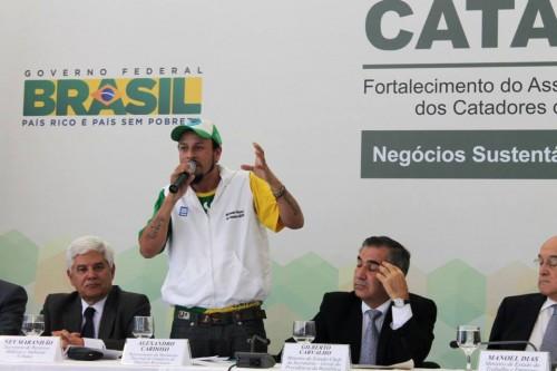 Alex Cardoso, del Movimiento Nacional dos Catadores de Materiais Recicláveis, hablando en Cataforte. (Foto: MNCR)