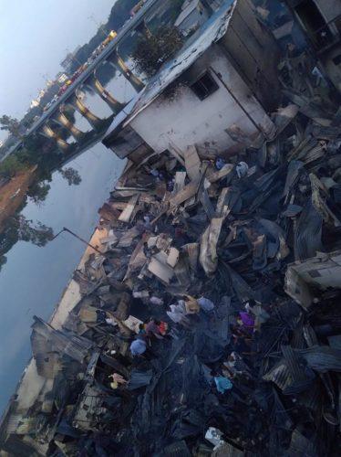 Habitations dévastées par l'incendie dans le domaine de Patil, à Pune (Inde), au bord de la rivière Mula