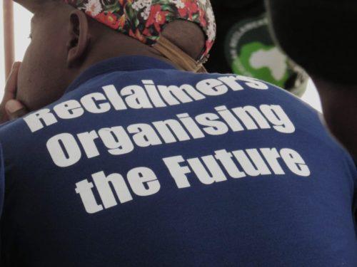 Un miembro de ARO de Village Main Station escucha atentamente durante el diálogo que los recicladores mantuvieron con miembros de la sociedad en la Feria del libro de Johannesburgo el 2 de septiembre de 2018.