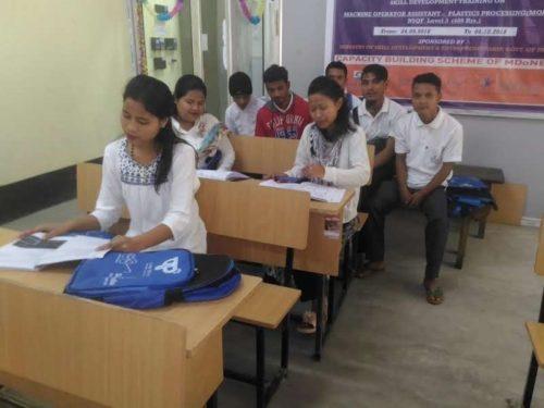Los estudiantes de Shillong en CIPET Guwahati juntos con otros estudiantes.